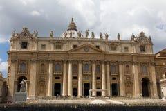 Świętego Peter bazylika z strumieniami turyści zdjęcia stock