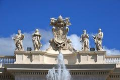 Świętego Peter kolumnada z pięknymi statuami święty i apo obraz royalty free