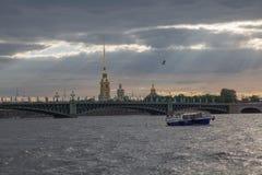 Świętego Petersburg pejzażu miejskiego wody mosta linii horyzontu admiralici budynek Fotografia Stock