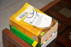 Świętej biblii Visayan wersja wystawiająca w PENRO-LGU, Matti, Digos miasto, Davao Del Sura, Filipiny obrazy stock
