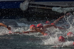 ŚWIĘTO BOŻĘGO NARODZENIA schronienia pływanie 2015, BARCELONA, Portowy Vell - 25th Grudzień: pływaczki rasa na 200 metrach odległ Zdjęcie Stock