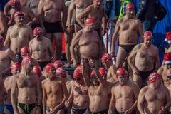 ŚWIĘTO BOŻĘGO NARODZENIA schronienia pływanie 2015, BARCELONA, Portowy Vell - 25th Grudzień: Pływaczki w Święty Mikołaj kapelusza Zdjęcia Royalty Free