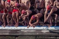 ŚWIĘTO BOŻĘGO NARODZENIA schronienia pływanie 2015, BARCELONA, Portowy Vell - 25th Grudzień: pływaczki zaczynają rasy obrazy royalty free