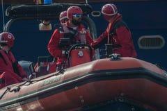 ŚWIĘTO BOŻĘGO NARODZENIA schronienia pływanie 2015, BARCELONA, Portowy Vell - 25th Grudzień: Ratownicy oglądający dla konkurentów Zdjęcia Royalty Free