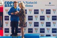 ŚWIĘTO BOŻĘGO NARODZENIA schronienia pływanie 2015, BARCELONA, Portowy Vell - 25th Grudzień: zwycięzcy konkurs z trofeami Obraz Stock