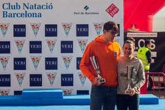 ŚWIĘTO BOŻĘGO NARODZENIA schronienia pływanie 2015, BARCELONA, Portowy Vell - 25th Grudzień: zwycięzcy konkurs z trofeami Fotografia Royalty Free