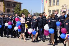 Świętować pierwszy Maj dzień wiosna i praca Maja dnia parada na teatru kwadracie w mieście Slavyansk zdjęcie stock