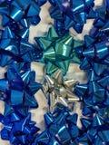 Świętowanie drugi dzień świąt bożego narodzenia z zamykający w górę rozmaitości kolorowej tasiemkowej kolekci dla prezenta Obrazy Stock