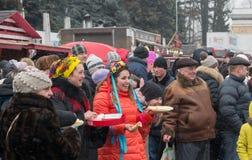 Świętowanie Maslenitsa ostatki w mieście Rozrywka z tradycyjnymi łasowanie blinami fotografia stock