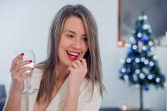 Świętowanie, napoje, przyjaciele, bachelorette przyjęcie, urodzinowy conce fotografia stock