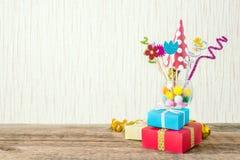 Świętowanie, przyjęcia urodzinowego tło z kolorowym partyjnym kapeluszem, obrazy royalty free