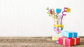 Świętowanie, przyjęcia urodzinowego tło z kolorowym partyjnym kapeluszem, zdjęcia royalty free