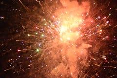 Świętowanie z fajerwerkami przy nocą zdjęcia stock