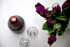 Świętowanie z tulipanami i szampanem zdjęcia stock