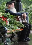 Świętowanie zwycięstwo dzień w Moskwa Weteran Drugi wojny światowa zamknięty up Żeglarz z akordeonu obsiadaniem na ławce fotografia royalty free