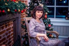 świętuje świętowania bożych narodzeń córki kapeluszy macierzysty Santa target2744_0_ Piękna młoda kobieta w wieczór sukni stoi po Zdjęcie Royalty Free