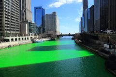 Świętuje St Patrick's dzień, farbuje zieloną Chicagowską rzekę, zdjęcie stock