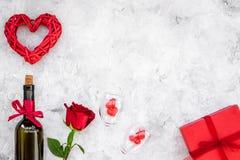 Świętuje valentine ` s dzień Wino, szkła, czerwieni róża, serce znak, prezenta pudełko na popielatej tło odgórnego widoku kopii p Fotografia Royalty Free