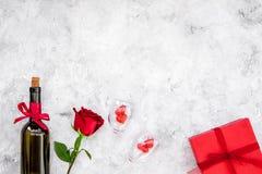Świętuje valentine ` s dzień Wino, szkła, czerwieni róża, serce znak, prezenta pudełko na popielatej tło odgórnego widoku kopii p Obraz Royalty Free