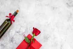 Świętuje valentine ` s dzień Wino, szkła, czerwieni róża, serce znak, prezenta pudełko na popielatej tło odgórnego widoku kopii p Zdjęcie Stock