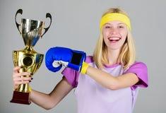 Świętuje zwycięstwo Bokserski mistrz Sportowej dziewczyny bokserska rękawiczka i złota czara Kobiety odzieży sporta strój Dziewcz obraz stock