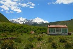 Święty śnieżny halny Anymachen i Tybetański budynek na Tybetańskim plateau, Qinghai, Chiny Obraz Royalty Free