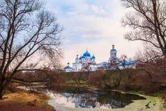 Święty Bogolyubsky klasztor w opóźnionej jesieni na skłonach wzgórze kościół mieścą panoramy regionu wiejskiego Russia scenerii s obraz stock