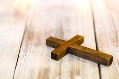 Święty Chrześcijański Drewniany krzyż na biel Myjącym tle Obrazy Stock