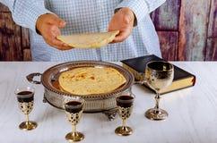 Święty communion na drewnianym stole w kościół Filiżanka szkło z czerwonym winem, modlitwa dla chleba zdjęcia stock