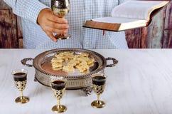 Święty communion na drewnianym stole w kościelnej filiżance szkło z czerwonym winem, chleb, modlitwa dla wina zdjęcie stock