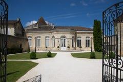Święty Emilion, bordowie/Francja - 06 19 2018: Bordoski wino wysyła winnicę świętego unesco miasta urząd miasta Fotografia Royalty Free