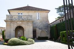 Święty Emilion, bordowie/Francja - 06 19 2018: Bordoski wino wysyła winnicę świętego unesco miasteczko couvent des jacobi Obraz Royalty Free