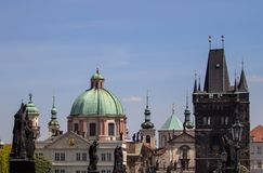Święty Francis Assisi kościół i Charles most w Praga zdjęcia royalty free