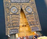 Święty Kaaba drzwi w świętym meczecie podczas tawaf gdy umra obrazy stock