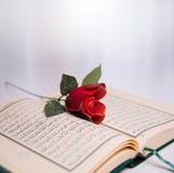 Święty koran i róże Fotografia Royalty Free