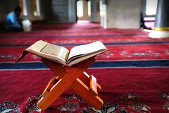 Święty Koran na stojaku na czerwonym chodniku obraz stock