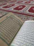 Święty koran w Angielskim i Arabskim na pięknym wzorze Projektował dywanika zdjęcie stock
