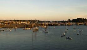 Święty Malo, łodzie i promu terminal przy na półmrok, Brittany Francja fotografia stock