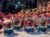 Święty Mikołaj śniegu kule ziemskie Obrazy Stock