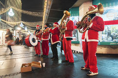Święty Mikołaj bawić się trąbkę zdjęcia royalty free
