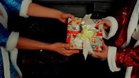 Święty Mikołaj bawić się z prezentem zbiory