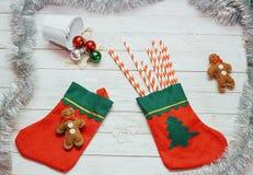 Święty Mikołaj czerwień inicjuje, buty z barwionym słodkim cukierkiem, Obraz Stock
