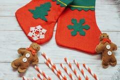 Święty Mikołaj czerwień inicjuje, buty z barwionym słodkim cukierkiem, Zdjęcie Royalty Free