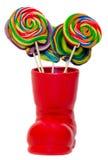 Święty Mikołaj czerwony but, but z barwionymi słodkimi lizakami, candys Świętego Nicholas but z teraźniejszość prezentami Zdjęcia Stock