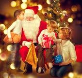 Święty Mikołaj daje Bożenarodzeniowym prezentom dzieci zdjęcie stock
