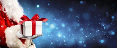 Święty Mikołaj daje giftbox Zdjęcie Royalty Free