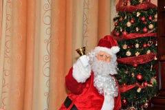 Święty Mikołaj daje prezentom drzewo na Bożenarodzeniowym czasie zdjęcia royalty free