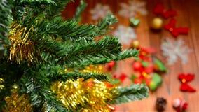 Święty Mikołaj dekoruje choinki z ornamentem zbiory