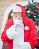 Święty Mikołaj Gestykuluje palec Na wargach Obraz Stock