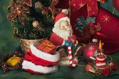 Święty Mikołaj i Bożenarodzeniowa świeczka Obraz Stock